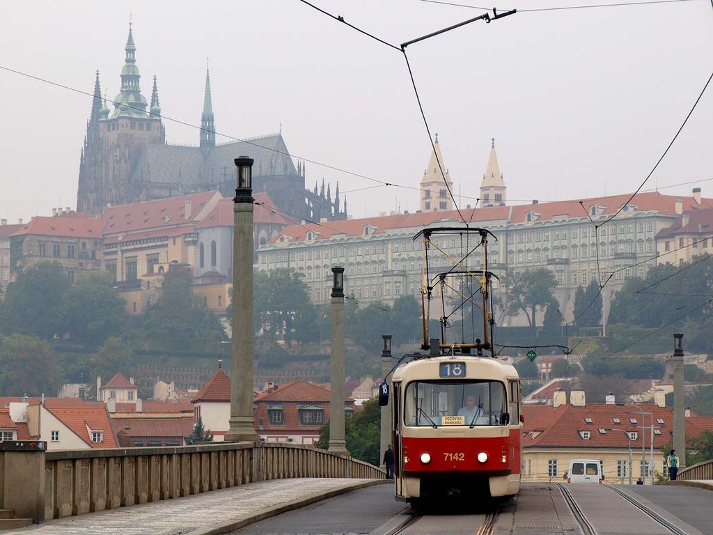 1024px-Tatra T3 and Prague castle